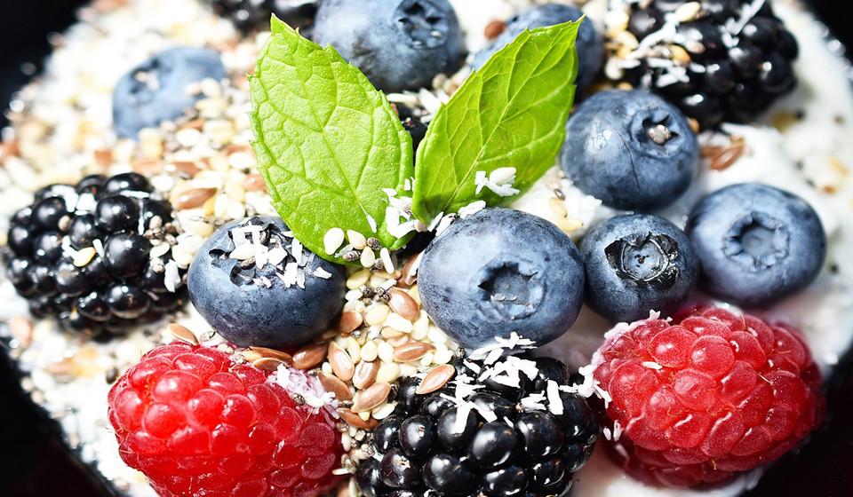 Os frutos silvestres são constituídos por antioxidantes e vitaminas que ajudam ao aumento do comprimento do cabelo. Por exemplo, os morangos são ricos em Vitamina C, que ajuda na produção de colagénio e absorção de ferro.