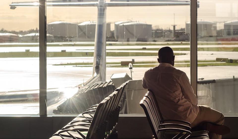 """Receba um upgrade. Um outro profissional explica que """"algumas companhias aéreas oferecem upgrades de baixo preço no dia do voo. Pode até conseguir um lugar em primeira classe, desde que esteja cedo na área de embarque""""."""