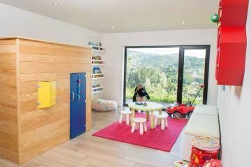 No quarto das crianças há vários mundos (principalmente na cabecinha deles). Crie um espaço com várias áreas: o espaço da brincadeira, a zona da arrumação, o espaço da criatividade e da leitura e o espaço do descanso. Dica: opte pode móveis com arestas suaves, como por exemplo uma mesa redonda e arestas arrendondadas.