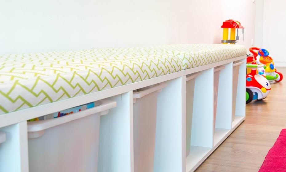 Opte por móveis multifunções, como é o caso deste móvel que é ao mesmo tempo um banco, uma pequena cama para e ainda um espaço para arrumos. Para facilitar as limpezas forre o banco com tecidos de exterior que são mais fáceis de limpar e mais resistentes.