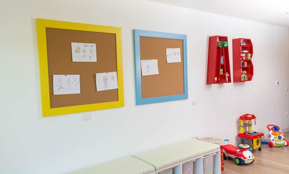 Se tiver espaço aplique uns quadros de cortiça para as crianças afixarem as suas obras de arte.