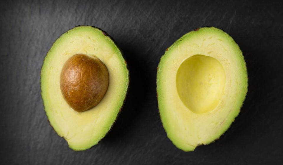 Os abacates são uma fonte de muitas vitaminas e minerais, contendo também fibras e gorduras monoinsaturadas, que ajudam na sensação de saciedade. É possível fazer várias receitas, desde smoothies, a pastas para colocar no pão, papas, etc.