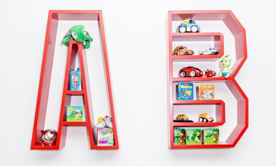 Introduza estímulos à leitura. Um papel de parede com letras e números ou então faça das suas letras favoritas umas prateleiras para os carrinhos e livrinhos.