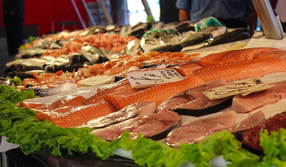 Nos peixes ricos em gordura, como o salmão, o ómega-3 é o principal nutriente e uma mais-valia para o crescimento e aumento volumoso do cabelo.