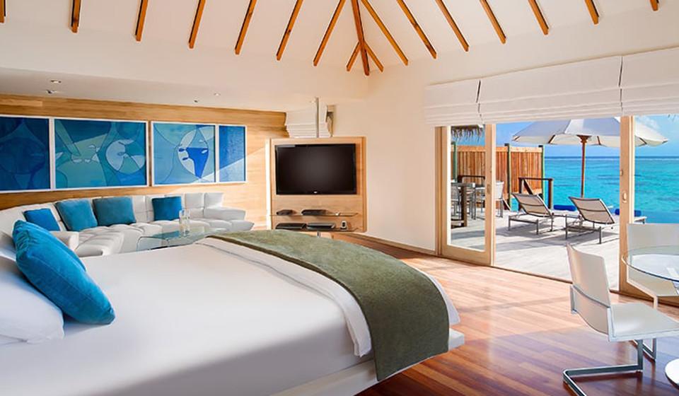 Sala de estar no piso superior com uma vista infinita sobre a linha do horizonte.