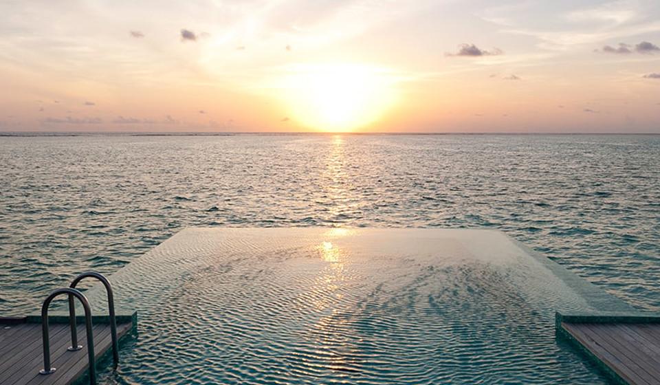 Sob o por do sol, o oceano e a piscina parecem fundir-se num só.