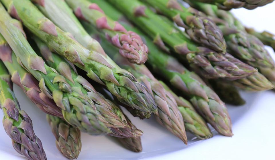 – Os espargos são bons para a digestão e para a pressão arterial. Ao pequeno-almoço podem ser servidos com ovos e salmão fumado e, ao jantar, como acompanhamento de um peito de frango com arroz integral.
