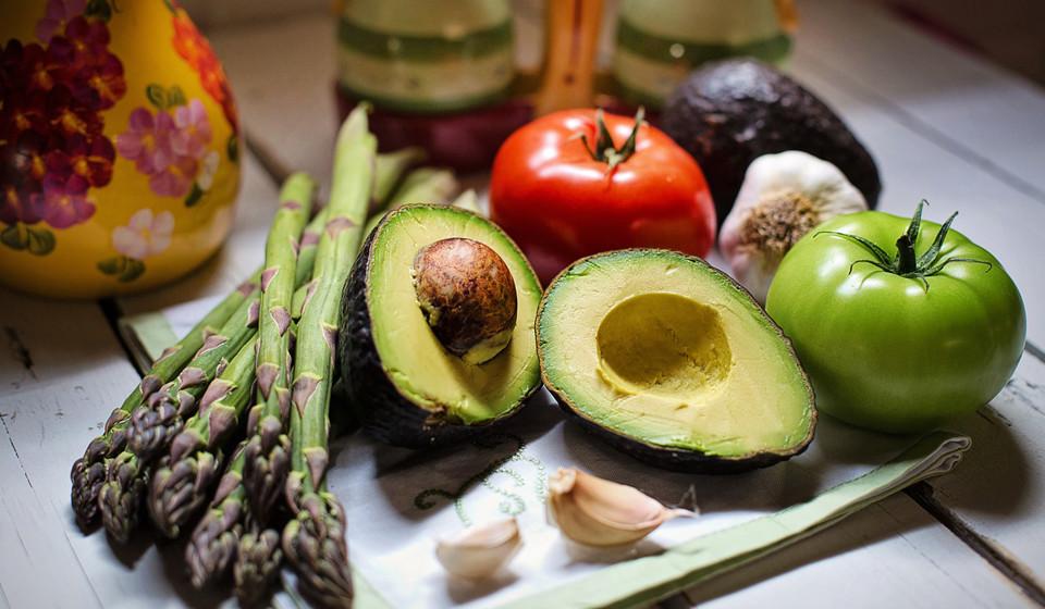Ricos em vitamina E e em ácidos gordos, os abacates promovem o crescimento do cabelo.