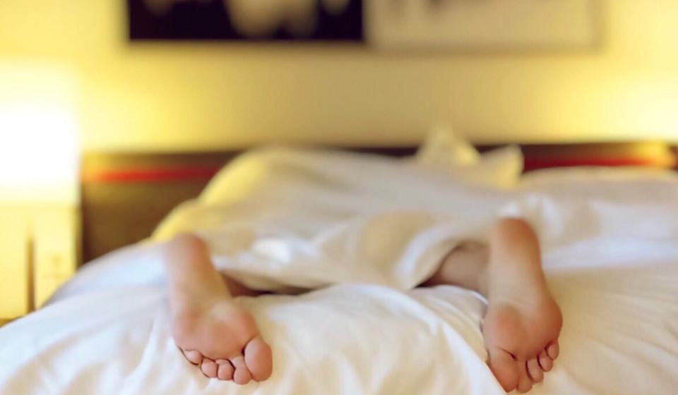 Combata o Jet Lag. Um assistente de bordo deixa alguns conselhos: «o que me ajuda a dormir é ter um ritual nessa hora. Deixar de usar aparelhos uma hora antes, beber uma chávena de chá e ler um pouco. Se não conseguir, levanto-me e tento novamente passado algum tempo.»