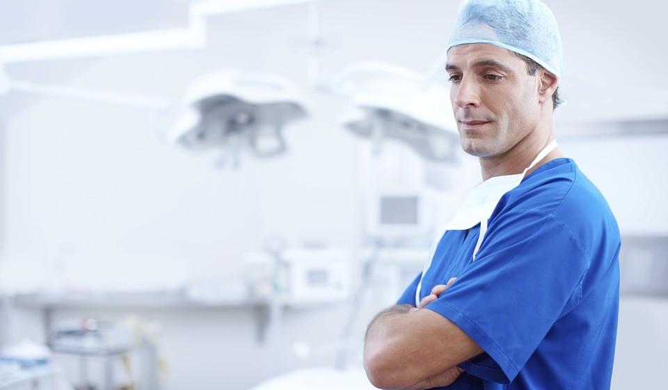 Dar formação aos especialistas médicos para implementar esta política.