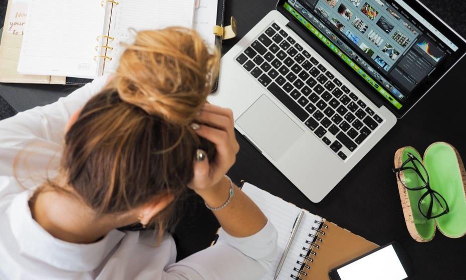 Além dos sintomas de stress comuns, como dores de cabeça ou ataques de pânico, há sinais de stress menos óbvios que se revelam no seu corpo e que deve conhecer. Conheça de seguidadez sinais de stress surpreendentes.