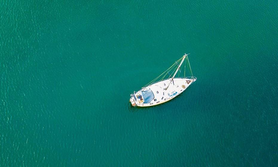 Fazer sexo dentro de um barco, em alto mar.