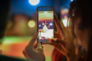 Guia de etiqueta para utilização de telemóveis em casamentos Maio é o mês dos casamentos, altura propícia a muitas fotografias, selfies, apontamentos, pequenos vídeos, etc.. Mas para que não seja um convidado malcomportado, veja o que deve fazer para 'segurar' o seu telemóvel nos momentos críticos e para dar azo à sua criatividade quando a cerimónia assim o permitir.