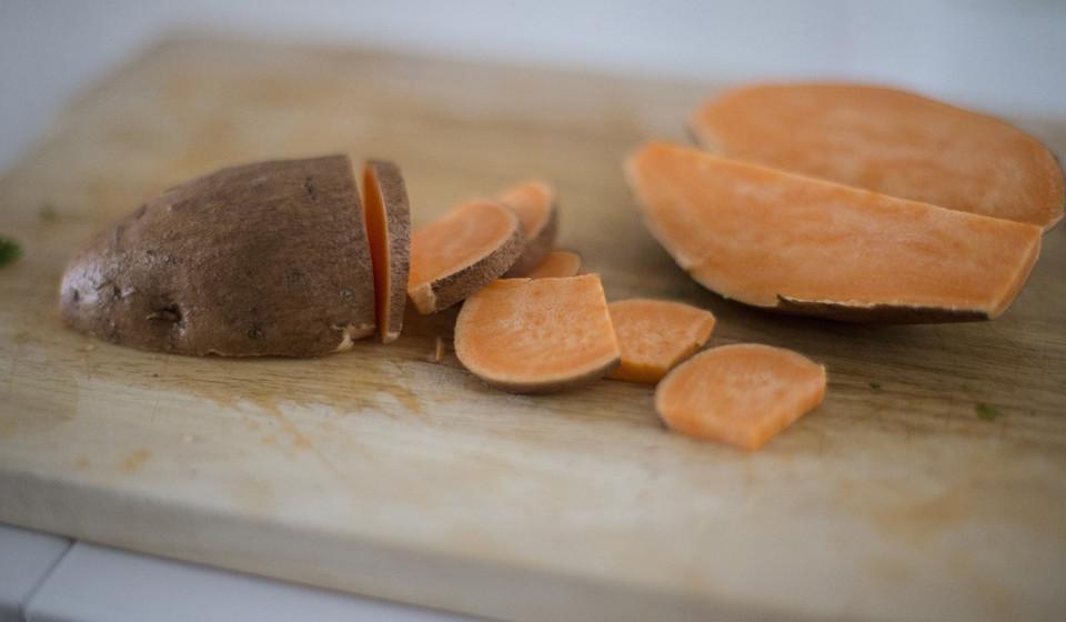 Batata Doce. Rica em fibra, vitamina A, magnésio e vitamina B6, a batata doce é um alimento a incluir na sua rotina alimentar.