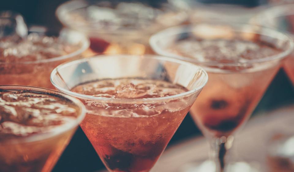 Deixe de beber bebidas alcoólicas. De acordo com obstetras e ginecologistas beber bebidas alcoólicas pode dificultar o processo de engravidar. (Fonte: Live Science)