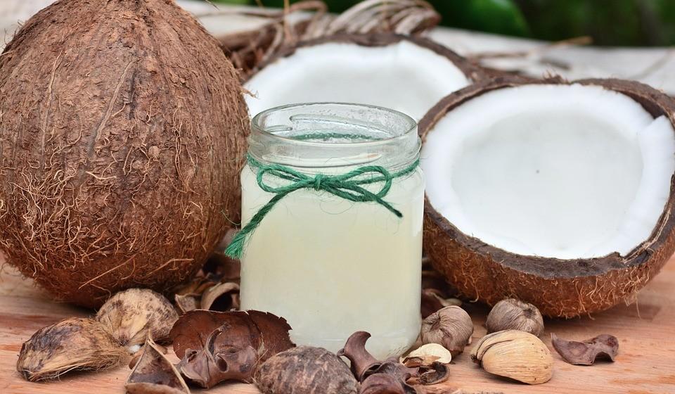 Óleo de coco para hidratar a pele diariamente: utilize óleo de coco para hidratar o rosto. Além de causar uma sensação refrescante, ele é leve, resultando numa pele hidratada, mas sem excessos. Aplique-o em pequenas quantidades, espalhando por toda a face. Deixe-o agir por alguns minutos e retire-o lavando o rosto.