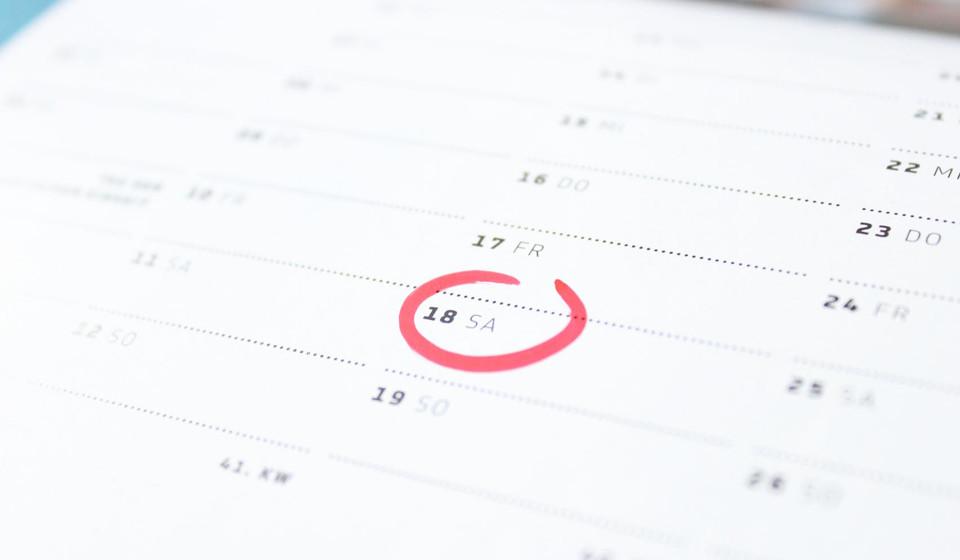 Registe a frequência e duração dos seus ciclos menstruais. Uma mulher que deseja ter um bebé deve registar os dias em que menstrua para verificar se tem um período regular ou irregular, o que poderá alterar outros fatores importantes para a conceção.
