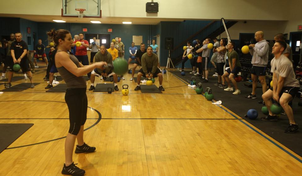 Experimente um treino HIIT. Estes treinos são compostos por exercícios intensos, com paragens para recuperação. São conhecidos por queimar muitas calorias num curto período de tempo, sendo rápidos e eficazes na perda de gordura corporal.