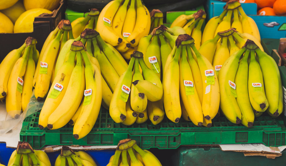 Bananas. São mais um dos alimentos que, através da elevada quantidade de vitamina B6, produz serotonina e norepinefrina, químicos que fazem transmitir sinais para o cérebro.