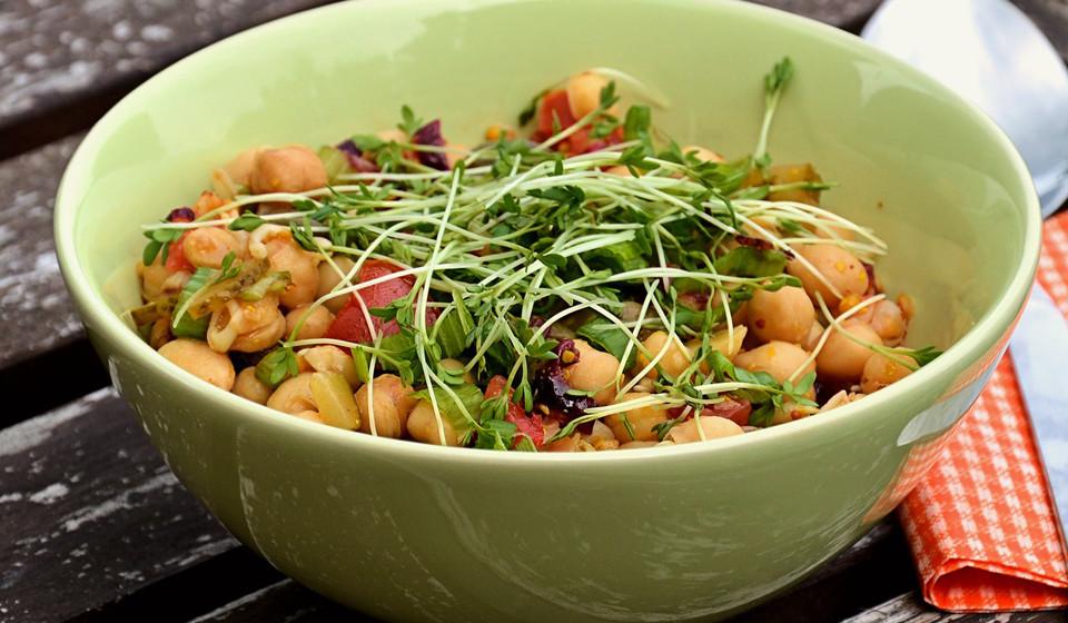 Também o grão de bico é um legume com muita vitamina B6, fibra e proteína. São comercializados em produto seco ou embalados em lata.