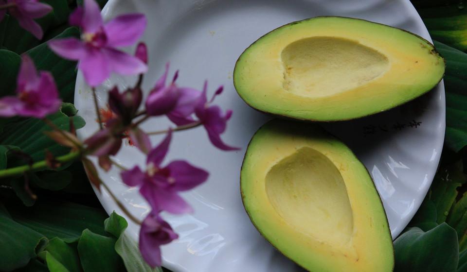 Abacate. Com muita vitamina B6 e C, fibra e gorduras saudáveis, os abacates podem ser consumidos em saladas ou no famoso guacamole. (Fonte: Authorithy Nutrition)