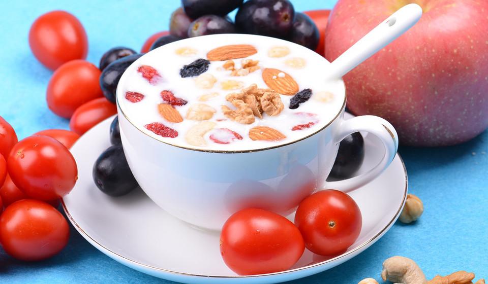 Leite. A deficiência de vitamina B6 causa sérios problemas de saúde, afetando negativamente o sistema nervoso central. Com baixo teor de gordura, elevadas quantidades das vitaminas B6 e B12 e cálcio, o leite é um dos alimentos a considerar.