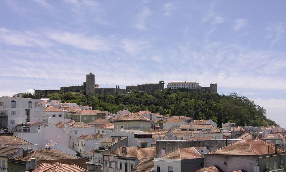 Castelo de Palmela, Portugal: visto a partir da vila. Imagem: Wikimedia.
