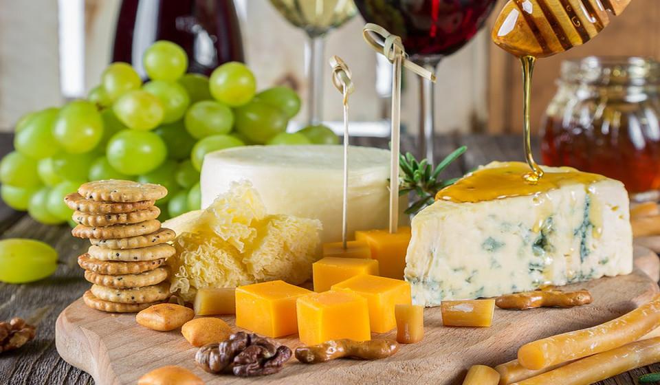 Queijo ricotta. Rico em vitaminas B1, B2, B3, B6 e folato, o queijo ricotta pode ser facilmente encontrado nas receitas italianas, como as pastas, pizzas, quiches, etc.