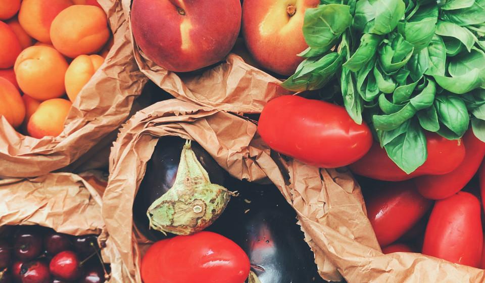 Consuma muita fibra. Ao adicionar alimentos ricos em fibra, como os feijões, nozes, frutas e vegetais, irá sentir-se cheia durante um maior período de tempo, devido à digestão mais lenta destes nutrientes e não irá sentir tanta fome. Além disso, são alimentos que ajudam na promoção das bactérias do intestino.