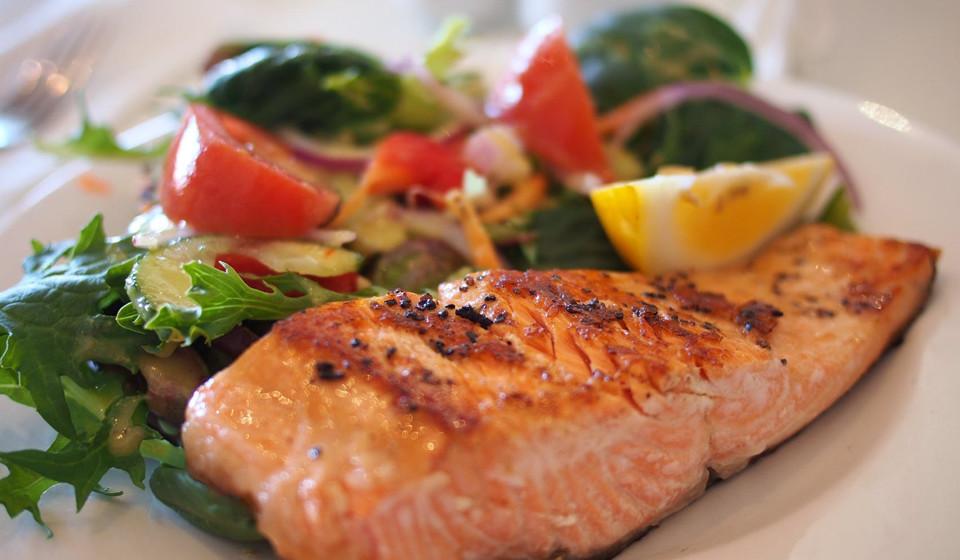 Salmão. O peixe saudável para o coração tem também grandes quantidades de vitamina B6, o que proporciona às glândulas suprarrenais produzir hormonas como o cortisol, a adrenalina e a aldosterona, que ajudam a controlar a pressão arterial e a quantidade de açúcar no sangue.