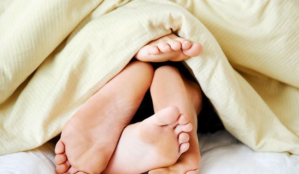 Ter relações sexuais durante o período fértil. De acordo com a Sociedade Americana de Medicina Reprodutiva, este período «abrange um intervalo de seis dias, cinco dos quais deles antes da ovulação e o próprio dia dela. Estes são os dias do mês em que a mulher é mais fértil».