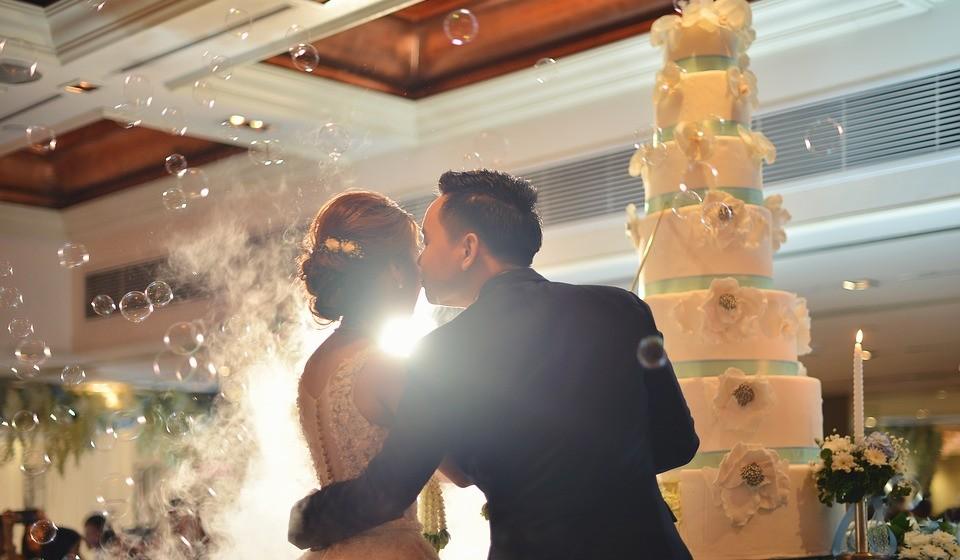 O momento em que os noivos cortam o bolo merece obrigatoriamente uma foto. É uma oportunidade de ouro que não pode perder. Mais uma vez, opte por uma foto diferente, mais artística. Por exemplo, coloque-se atrás dos noivos e capte o momento a partir de uma perspetiva diferente.
