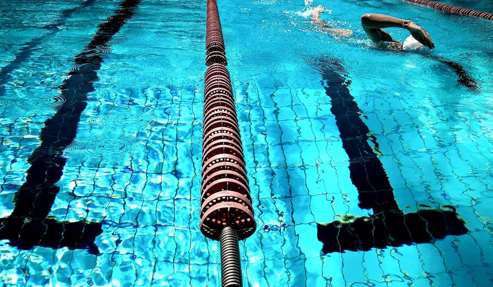Aumente os exercícios cardio. Muitas pessoas quando pensam em exercícios cardio, imaginam logo as salas de treino de spinning ou as passadeiras de corrida. No entanto, existem outras opções, como nadar, fazer elítica e dar uma caminhada rápida. Os especialistas recomendam 150 minutos de exercício cardiovascular semanalmente, o que resulta em 20 minutos durante os 7 dias da semana.