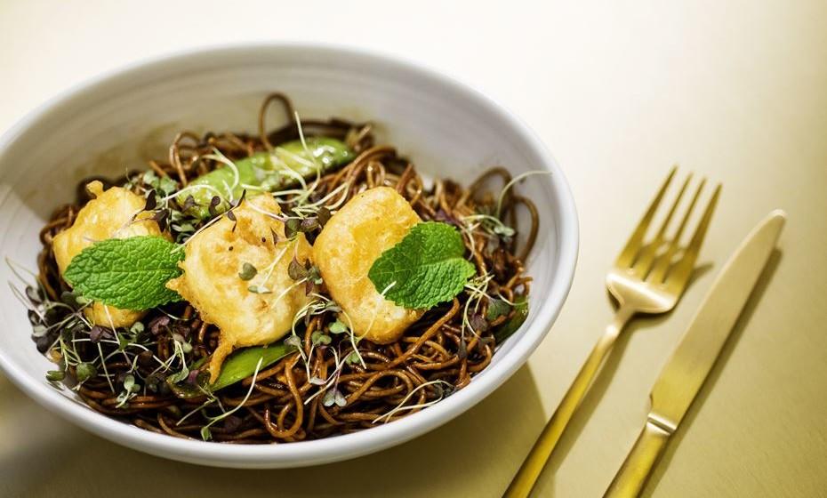 Soba noodles com tofu, hortelã, lima e citronela