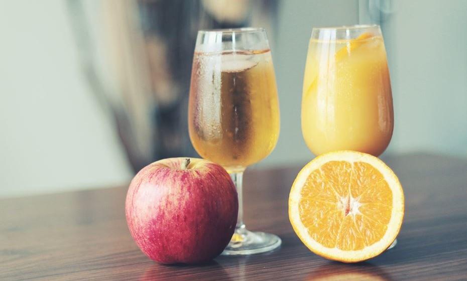 Os sumos de frutas são muitas vezes vistos como uma escolha saudável. A verdade é que a maioria das marca comerciais contêm tanto açúcar como os refrigerantes. Este tipo de sumos não têm, também, a fibra e outros nutrientes encontrados nas frutas inteiras.