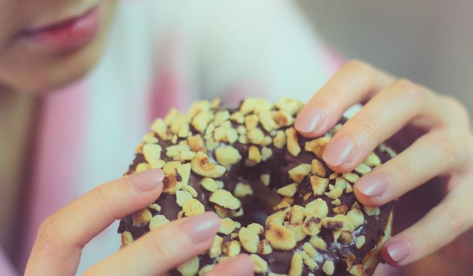 O açúcar é um dos ingredientes mais usados em todo o mundo, sendo utilizado não só em bolos e doçaria, como também em molhos, comidas processadas, refrigerantes, bebidas açucaradas e snacks. Os especialistas em nutrição afirmam que o consumo deste ingrediente é uma das principais causas de obesidade e de diabetes. Mas não só. Explicamos-lhe 10 razões pelas quais o consumo excessivo de açúcar é um terrível aliado para a sua saúde.