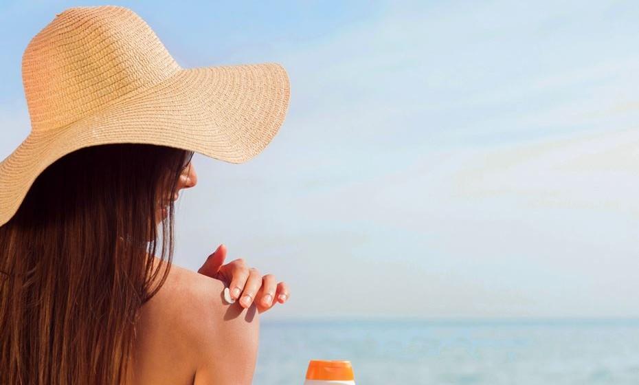 A Associação Americana de Dermatologia emitiu um guia com cinco passos para garantir que usa o protetor solar de forma segura e adequada. Veja de seguida.