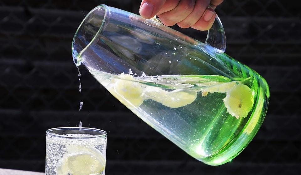 Não deixe de beber água para tentar conter os sintomas de bexiga hiperativa, pois pode ser contraproducente. A falta de ingestão de líquidos deixa a urina concentrada, o que irrita a bexiga e pode provocar espasmos e levar a perdas de urina.