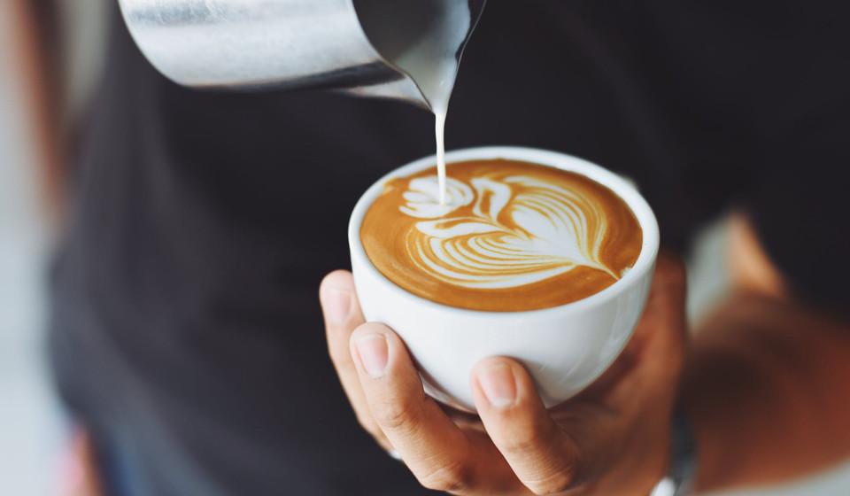 Ao combinar a cafeína com L-teanina - um aminoácido encontrado no chá e em alguns cogumelos - é uma maneira eficaz de melhorar seus níveis de energia, reduzindo os efeitos colaterais negativos e o nervosismo. A cafeína, obtida em cafés, chás, bebidas de cacau, bebidas energéticas e refrigerantes, é conhecida pelas suas propriedades de aumento de energia. Vários estudos afirmam que a junção da L-teanina com cafeína promove o relaxamento sem aumentar a sonolência. (Fonte: Authorithy Nutrition)