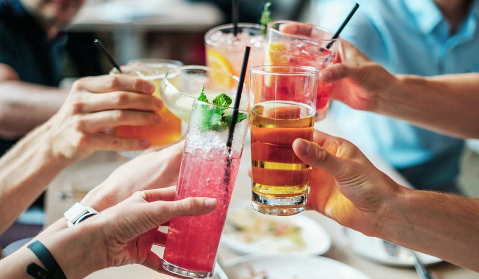 Em primeiro lugar, o açúcar adicionado (encontrado em bebidas açucaradas, sumos, etc.) aumenta a taxa de obesidade e a resistência à leptina (hormona que ajuda a regular a fome). Além disso, a bebida com açúcar adicionado aumenta a gordura visceral, podendo provocar originar doenças cardíacas. Ou seja, este tipo de bebidas não o saciam e constituem a ingestão de um número elevado de calorias líquidas, resultando assim no aumento de peso.
