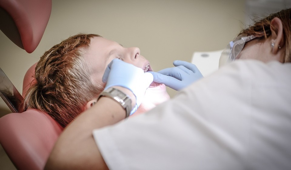 Deve ir ao médico dentista pelo menos uma vez por ano e desde a erupção do 1º dente, para prevenir qualquer desenvolvimento de doença nos dentes ou nas gengivas.