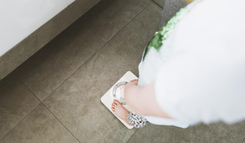 Os planos alimentares ricos em açúcar estão associados a um maior risco de muitas doenças. De acordo com diversos estudos, o seu consumo em excesso pode originar obesidade, inflamação e altos níveis de triglicéridos, açúcar no sangue, níveis altos de pressão arterial, e aterosclerose (uma doença caracterizada por depósitos gordurosos que entopem as artérias). Todos estas doenças ou fatores constituem um risco acrescido para o desenvolvimento de doenças cardíacas.