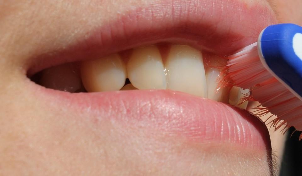 Use a técnica 2x2x2 para manter os seus dentes saudáveis. Isto é, 2 vezes por dia, 2 minutos de escovagem, 2 horas sem comer a seguir à escovagem.