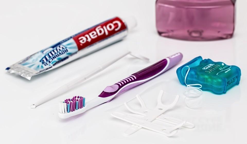 Escove os dentes com paste e escova (elétrica ou não), mas também pode usar o fio ou fita dentária e o escovilhão.