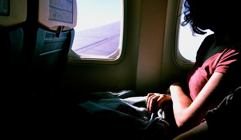 Se vai viajar de transportes públicos ou avião, ao comprar os bilhetes reserve os lugares junto à casa de banho e faça check-in online;