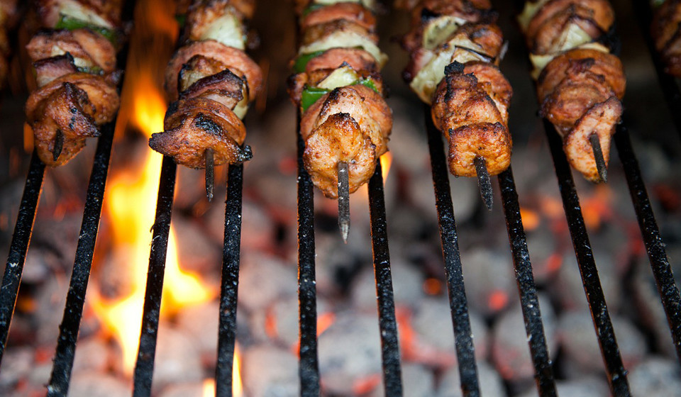 A creatina é um composto naturalmente encontrado na carne vermelha, carne de porco, aves e peixes e caracteriza-se por sendo uma rápida fonte de energia para o seu corpo.