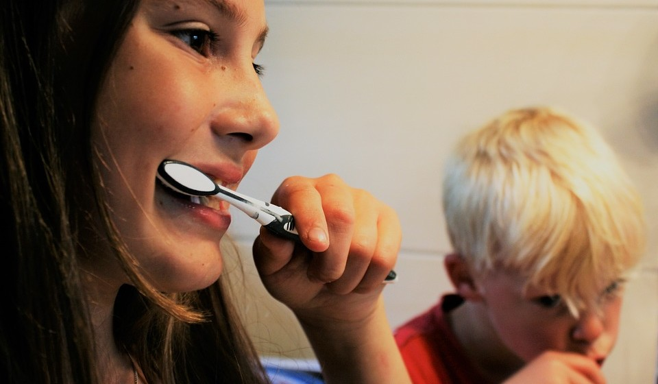 Como higienizar a boca? Faça movimentos aos círculos em todas as faces dos dentes. Para cima e para baixo. E não esquecendo de escovar a superfície dos dentes na zona da mastigação.