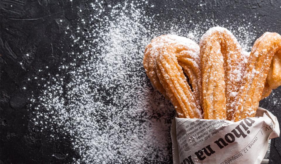 Uma alta ingestão de frutose tem sido associada a um aumento de gordura no fígado. Ao contrário da glicose e de outros tipos de açúcar, absorvidos pelas células do corpo, a frutose é praticamente toda destruída pelo fígado. É neste órgão que a frutose se converte em energia ou é armazenada. Contudo, grandes quantidades de frutose sobrecarregam o fígado, levando a uma condição de acumulação excessiva de gordura - a doença hepática gordurosa não alcoólica (DHGNA).