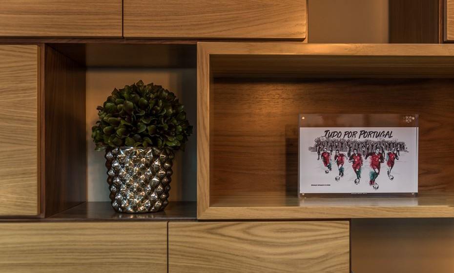 Coloque também objetos decorativos e plantas. Para harmonizar o espaço.