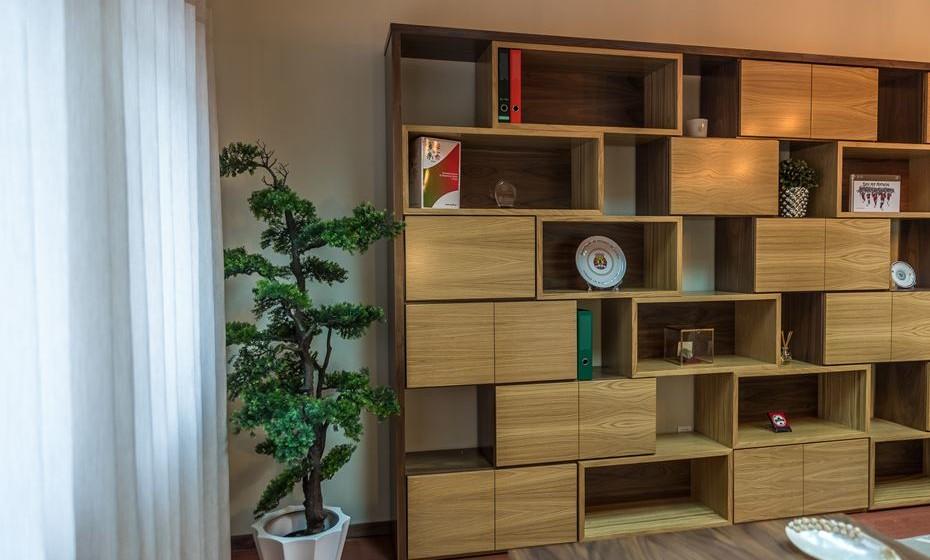 A estante pode ser aberta em alguns locais, para colocar troféus, objectos de viagens, prémios. Na parte fechada da estante, coloque capas com assuntos reservados.